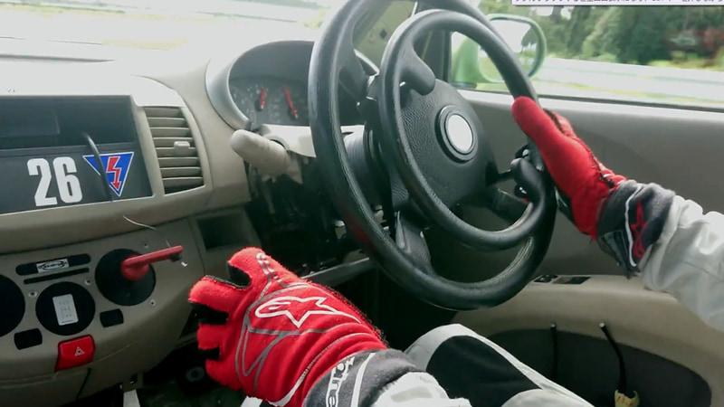 グイドシンプレックス製の手動運転装置で操作。左手のレバーを押すとブレーキ。ハンドル中央のリングを押せばアクセル