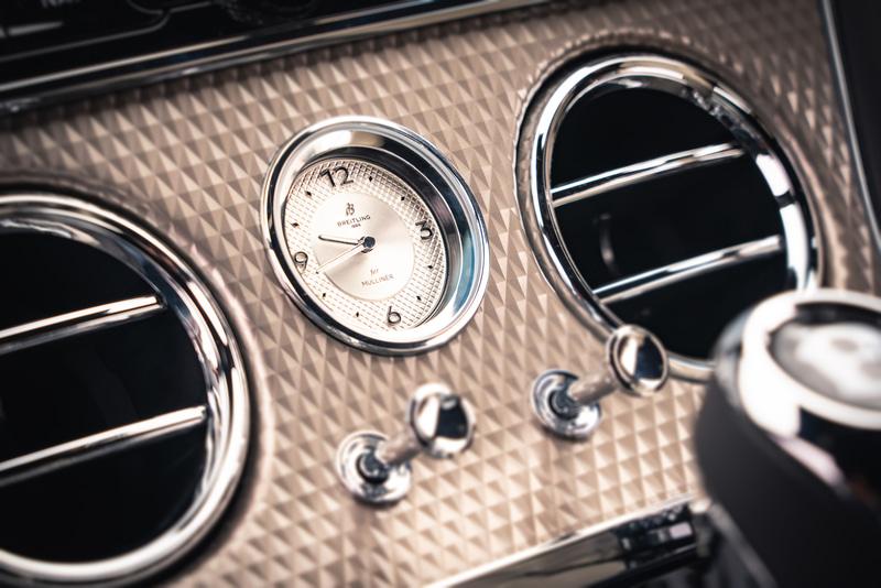 コンソール中央にはブライトリング独自の時計が配置