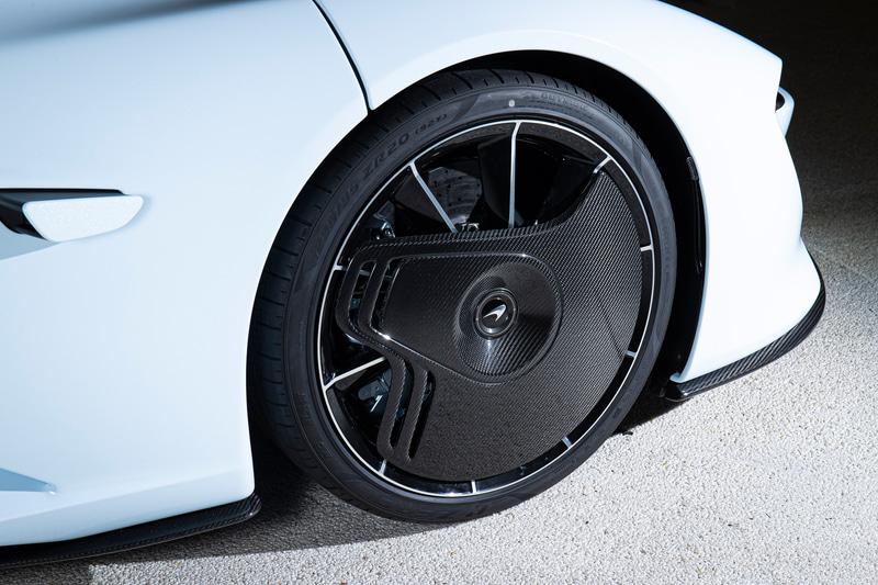 20インチの10本スポーク鍛造アルミホイールには、カーボン・ファイバー製スタティック・エアロカバーが取り付けられ、乱気流の発生を低減させる