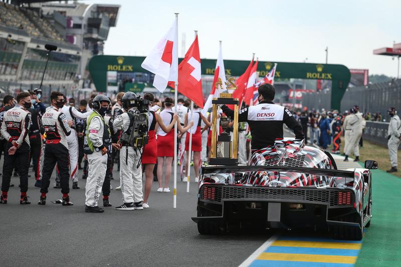 かつてトヨタのWECドライバーとして活躍したアレックス・ブルツ氏と村田チーム代表が乗り込み、デモンストレーションラップと決勝スタート前のトロフィー返還を行なった