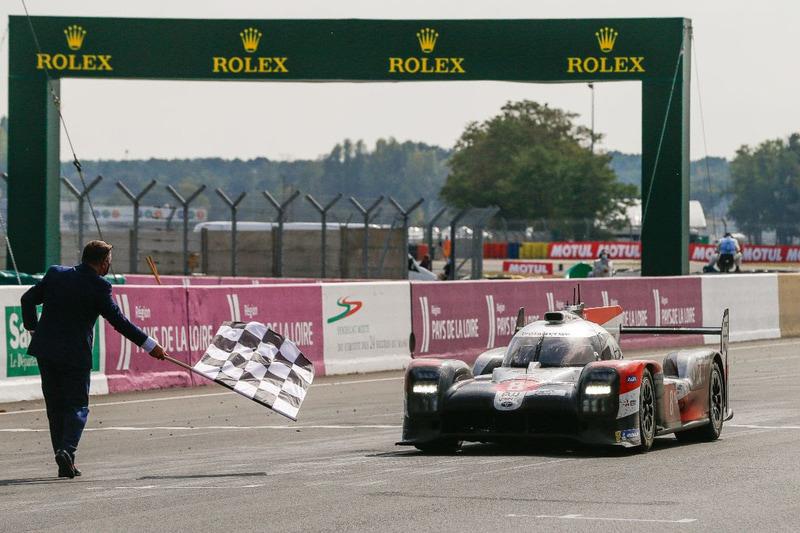 第88回ル・マン24時間レースを優勝した8号車 トヨタ TS050 HYBRID (セバスチャン・ブエミ/中嶋一貴/ブレンドン・ハートレイ組)。トヨタは3連覇を達成