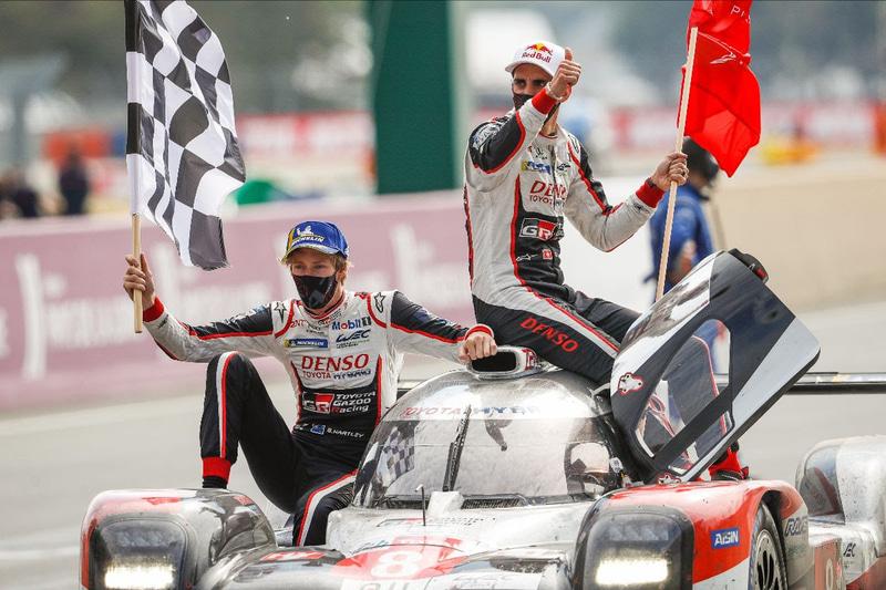最終スティントは中嶋一貴選手(車内)が担当。セバスチャン・ブエミ選手(右)と中嶋一貴選手はル・マン24時間3連覇。ブレンドン・ハートレイ選手は(左)2勝目