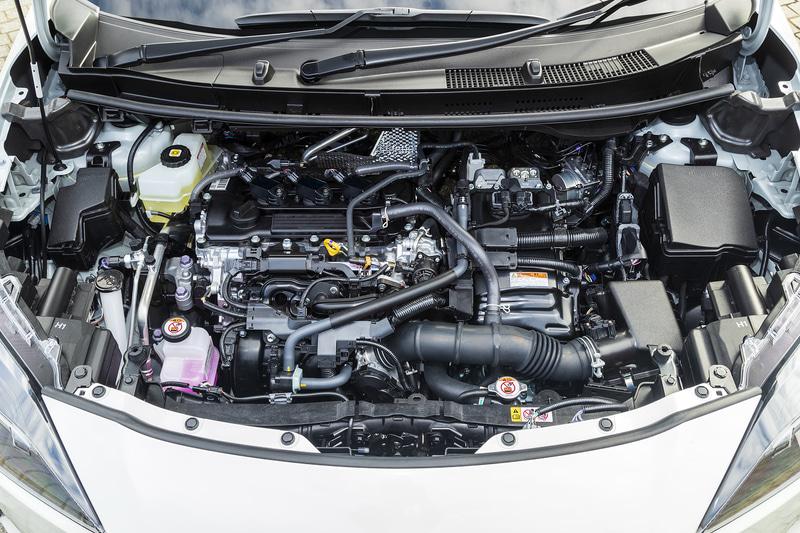 ハイブリッドモデルは最高出力67kW(91PS)/5500rpm、最大トルク120Nm(12.2kgfm)/3800-4800rpmを発生する直列3気筒1.5リッターダイナミックフォースエンジンに、リダクション機構付のTHS IIを組み合わせる。フロントモーターは最高出力59kW(80PS)、最大トルク141Nm(14.4kgfm)を発生。4WDはリアに最高出力3.9kW(5.3PS)、最大トルク52Nm(5.3kgfm)を発生するモーターを搭載する