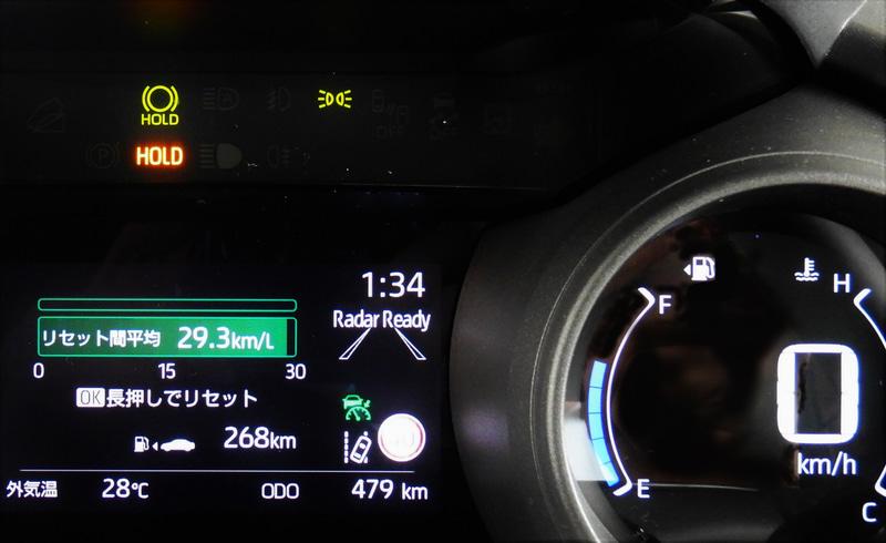 高速道路を80km/hで走らせた結果、車内のメーター内で確認できる燃費は29.3km/Lを記録した