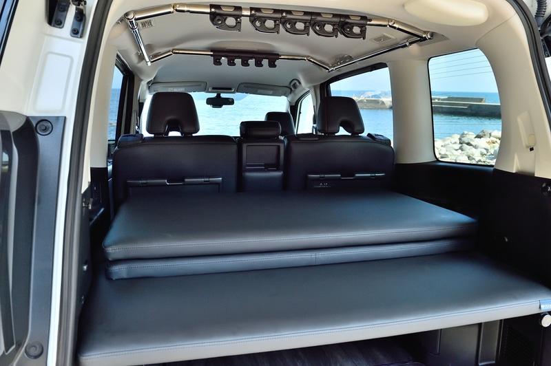 2列目シートをどのように使いたいかによってアレンジが可能。使わないベッドマットは車内に重ねて置けるので、使わないベッドマットの置き場所に悩むことなくアレンジが気軽にできる(走行時は動かないように付属のベルトで固定を推奨)
