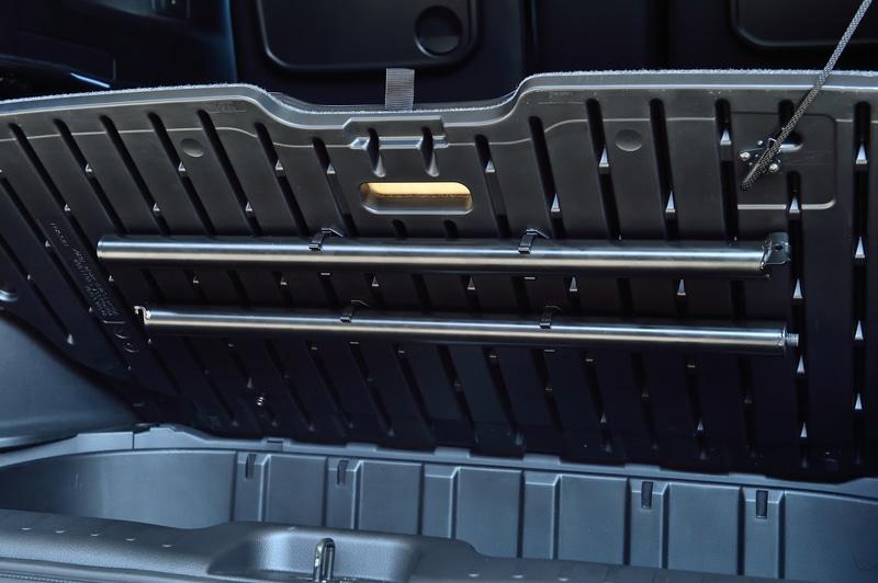 フロントシート後方のベッドフレームを装着したままだとフロントシートのリクライニングや前後スライドに制約が生じてしまうので、普段は取り外しておいた方がベター。フロントシート後方のベッドフレームは簡単に外せて、ラゲッジボードの裏に収納することができる。この分解もとても簡単