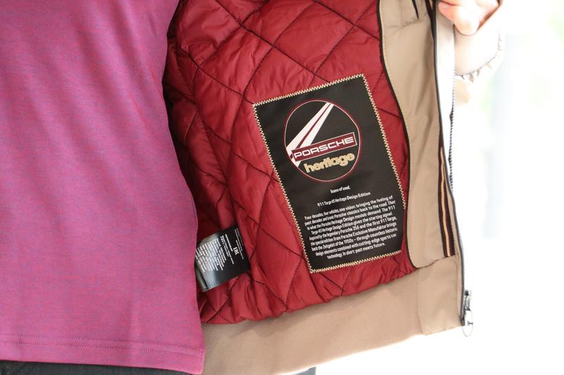 ジャケットの内側にはグリルバッヂからインスパイアされたストーリーラベル付き