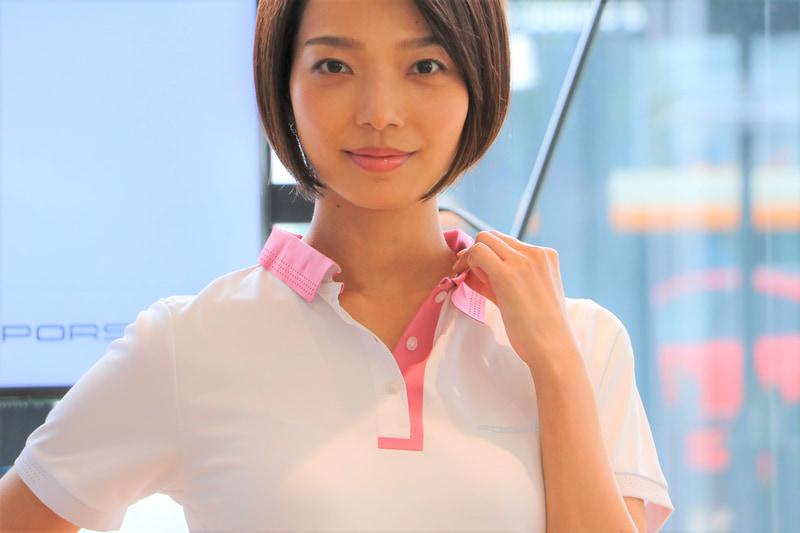 畝織りのピケ生地を使用し、通気性と速乾性に優れるショートスリーブ ポロシャツ。ボタン隠しフラップと襟がレーザーカットで特徴的なデザインに。襟、袖口、背面に装飾パーフォレーションが施される。価格1万450円