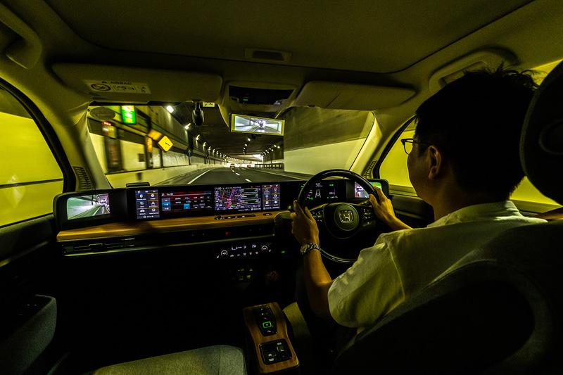 液晶モニターの配置場所、トンネルや夜間で実感する表示遅れの改善に期待したい