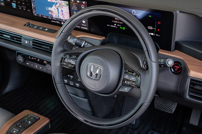 室内のデザインは移動しているときをはじめ、停止しているときの心地よさも重視し、シンプルで心安らぐリビングのような空間を目指した。そのため、パネルには自然な風合いのウッド調パネルなどを採用。世界初となる5つのスクリーンを水平配置するワイドビジョンインストルメントパネルも特徴的で、中央には12.3インチのスクリーンを2画面並べた「ワイドスクリーン HondaCONNECT ディスプレー」をレイアウト