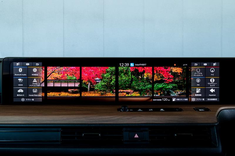 5つのパネルを水平にインストールしたワイドビジョンインストルメントパネル。中央には12.3インチのスクリーンを2画面並べた「ワイドスクリーン HondaCONNECT ディスプレー」をレイアウトし、左右画面の入れ替えも可能