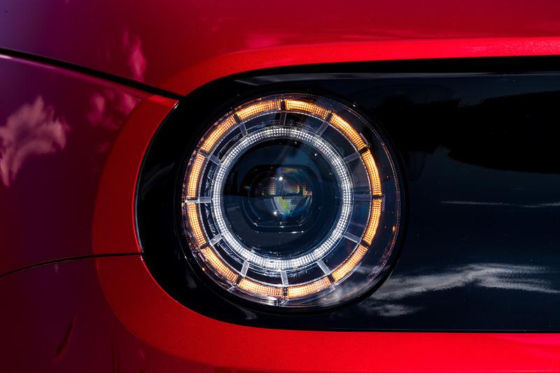 被視認性が高い丸型のヘッドライトとテールランプ
