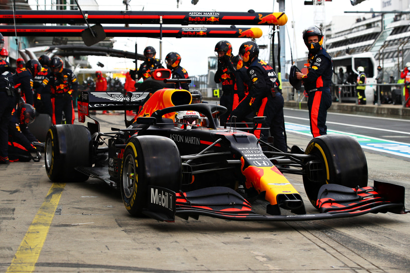 最初のピットインでタイヤ交換を行なうマックス・フェルスタッペン選手(33号車 レッドブル・レーシング・ホンダ) (C)Getty Images / Red Bull Content Pool