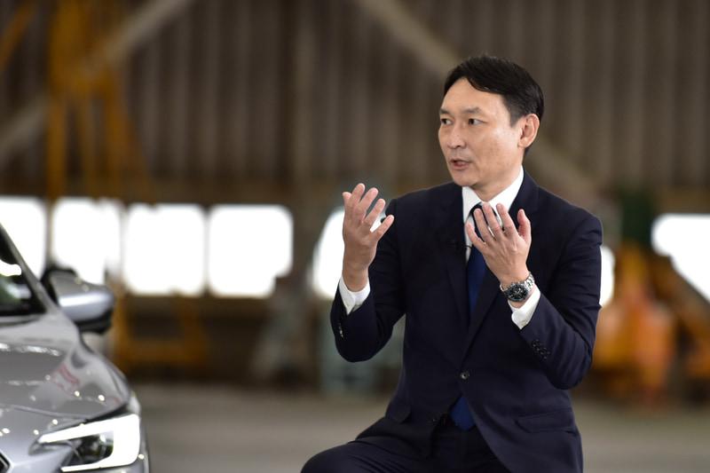 北田氏の話を受けるスバル五島氏。新型レヴォーグでドライブしたいのは、東京から九州までの長距離と語る。北田氏もそれは同様とのことだが、九州に行くのであれば「ぜひ飛行機もご利用いただきたい(笑)」とのこと