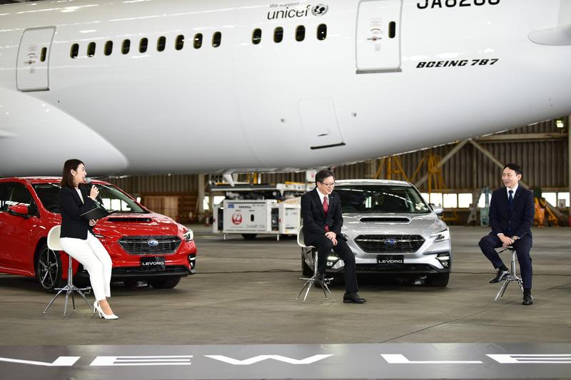スバル製の中央翼が組み込まれているボーイング 787を前に対談は行なわれた