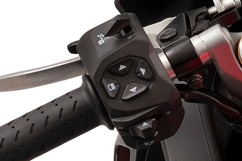 クルーズコントロールやトラクションコントロールの機能を操作するのは、ハンドルバーの左側にあるスイッチボックスにある4つボタン
