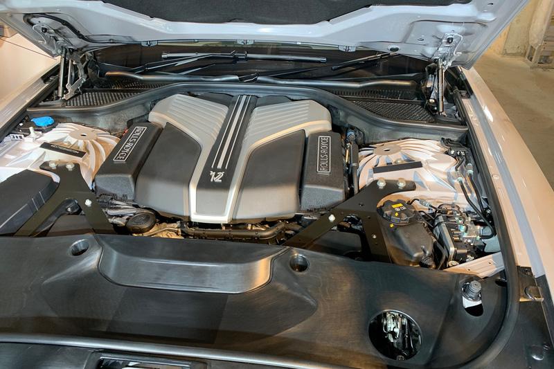 V12 6.75リッター、571PS/850Nmのロールスロイス製エンジン。4WD+4WSで受け止める