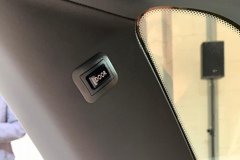 開いた後席の観音開きドアを閉めるためにCピラー付いたクローズドボタンを押します。しずしずと閉まります