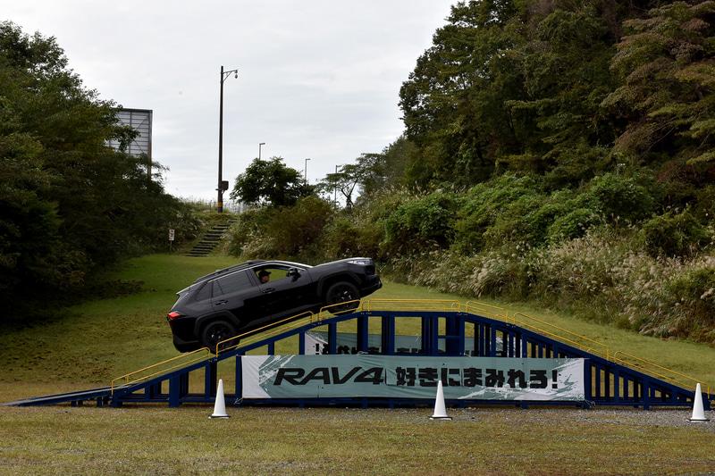 """特設コースでRAV4の特別仕様車Adventure""""OFFROAD package""""に乗ってきた"""