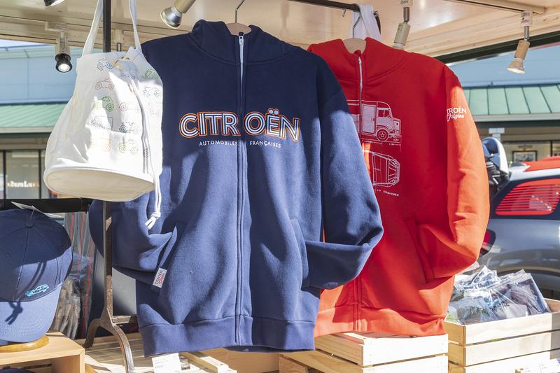 バッグ(左)や、日本初登場のパーカー(中央、右)といったアパレル。ほかにもキャップや子供用のTシャツなども販売している