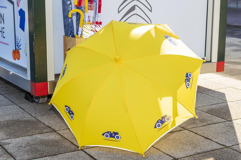 ポップなデザインがかわいい子供用の傘。イエローのほかに、レッドもラインアップ