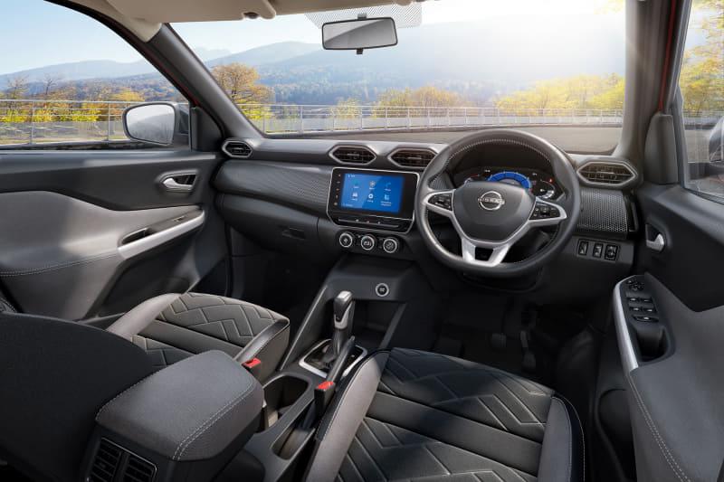 室内では7インチTFT液晶のドライブアシストディスプレイを備えたほか、センターコンソールには8インチのフルフラッシュタッチスクリーンシステムを装備し、タイヤ空気圧モニターや360度カメラによるコーナーナビゲーションなどを表示可能。ラゲッジルーム容量は336L