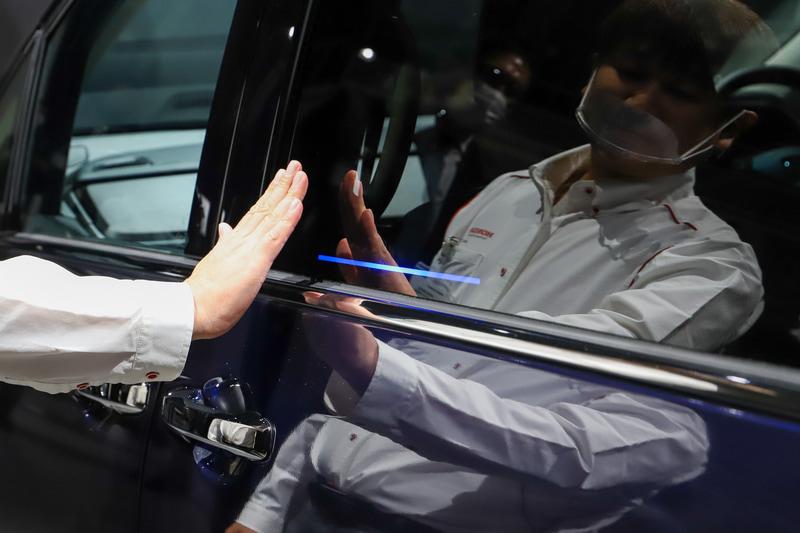 センサー部分の光に手をかざすと光が伸びる