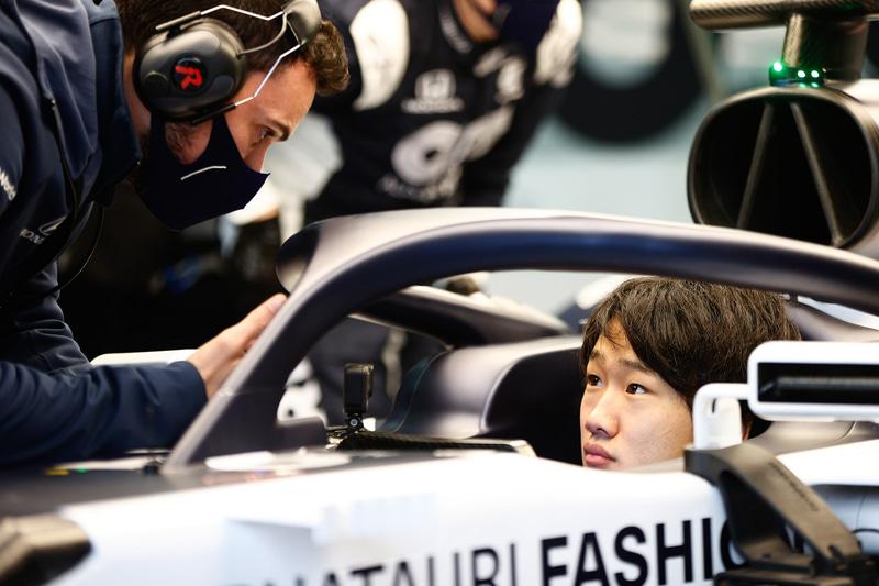 エンジニアと会話する角田選手、今回のオンライン会見も英語で行なわれるなどコミュニケーションには何の問題もない Photo:Honda
