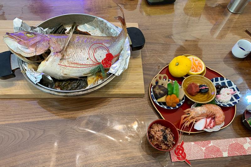 お食い初めセットです。大きな鯛はスーパーで安かったです。そしておいしい!