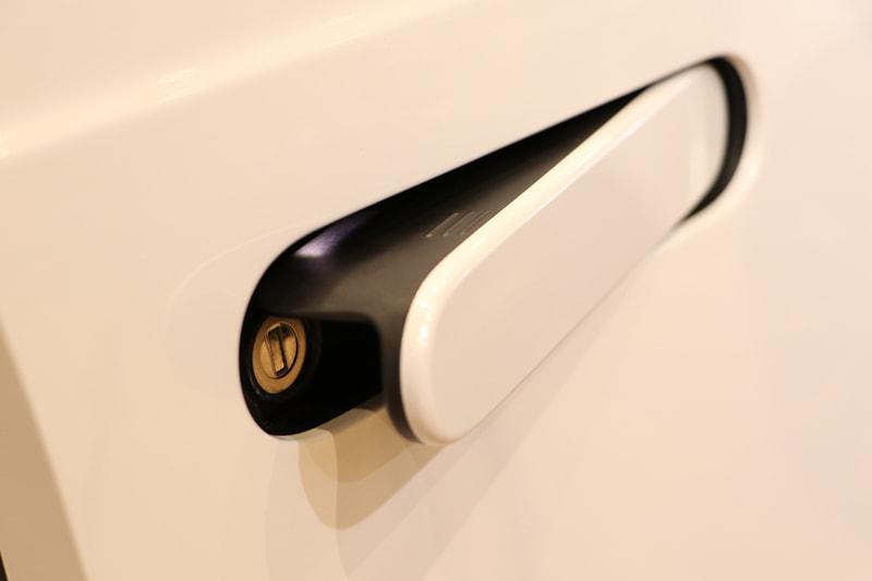 前のドアノブは鍵穴も中に隠しシームレスなデザインを成立させた