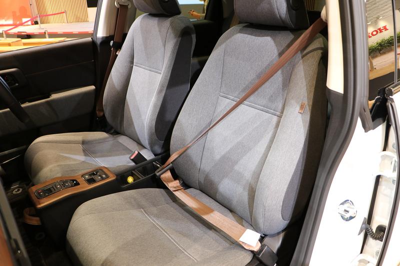 珍しいブラウンカラーのシートベルトを採用
