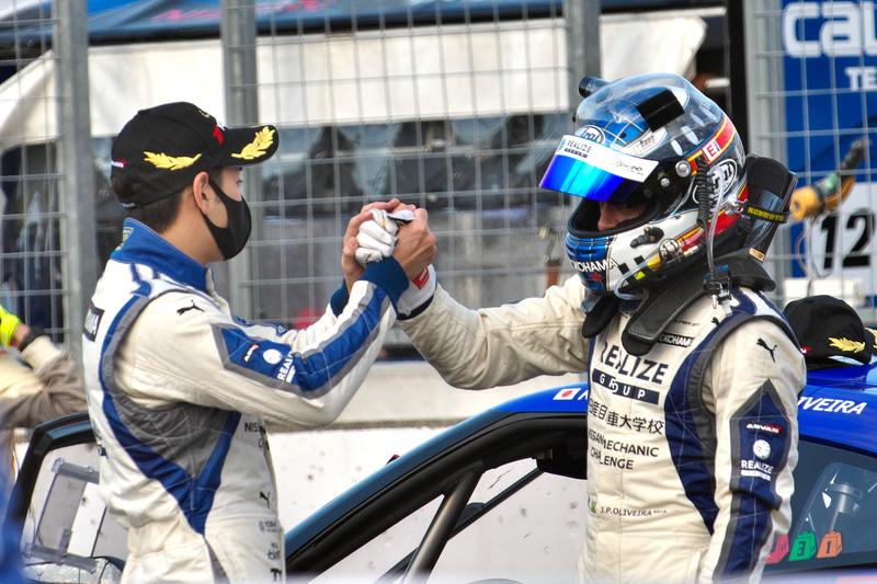 GT300クラスを優勝した藤波清斗選手(左)とJ.P.デ・オリベイラ選手(右)