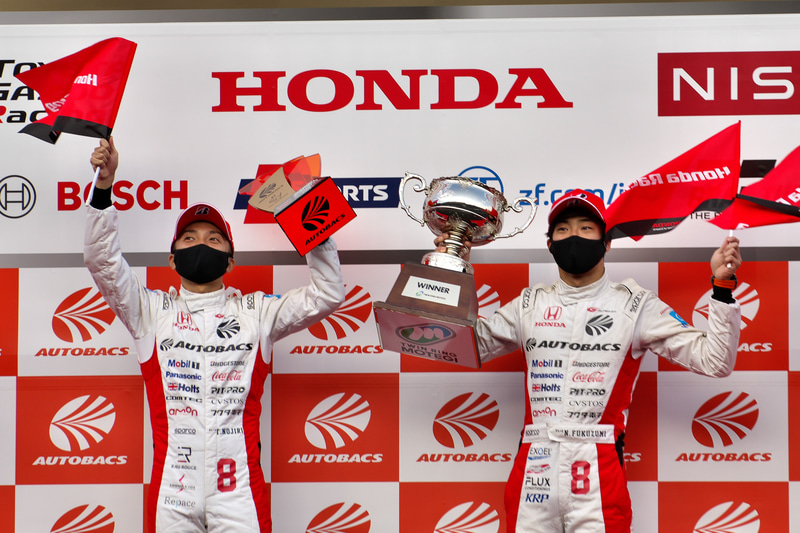 SUPER GT第7戦もてぎで優勝した8号車 ARTA NSX-GTの野尻智紀選手(右)、福住仁嶺選手(中)