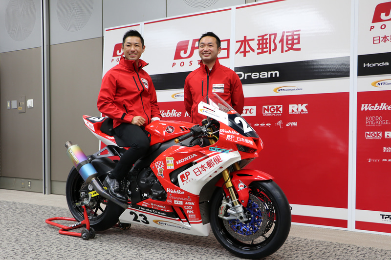 CBR1000RR-R FIREBLADEにまたがる高橋選手(左)と手島チーム監督(右)