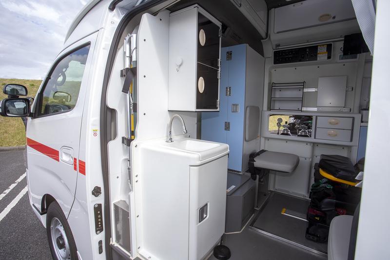 運転席とは通路で繋がっていて収納スペースも多い。右側側に備え付けてある医療用酸素ボンベへのアクセス窓もあった
