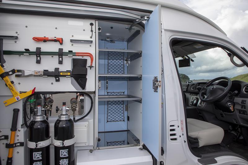 右スライドドアを開けると作業用の道具類収納スペースがある