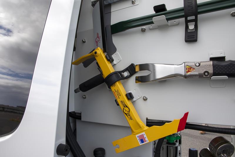 黄色い道具はガラスの切断などに使用するもの