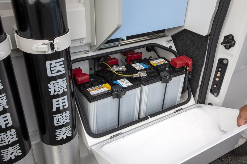 NV350 キャラバンのバッテリーはキャビン下にあるが、パラメディックはここに移設。数も1つから3つへ増やしているという