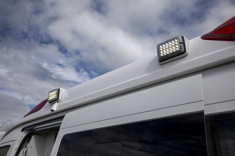 車体側面での作業を補助するためのLED作業灯が付く。反対側にも同じ装備がある