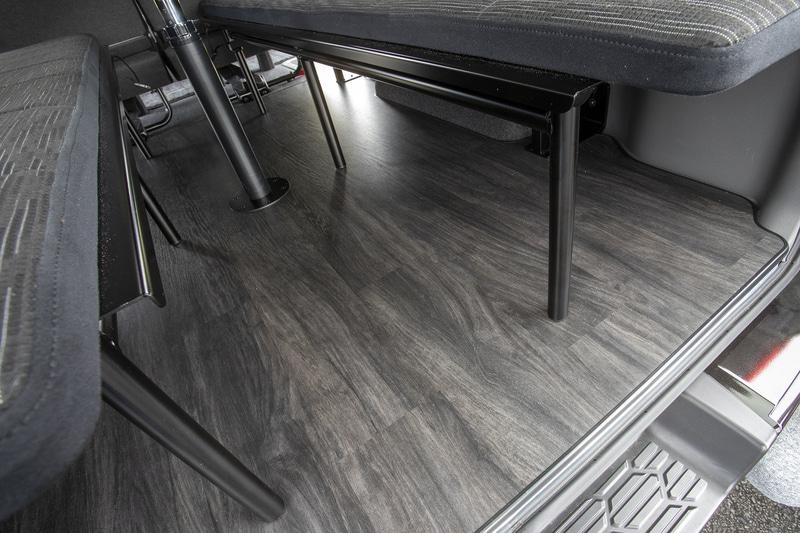 フロアは撥水性もある合板張りになる。床の硬さがあるのでカーペット式のようにテーブルを置いてもグラグラすることはない