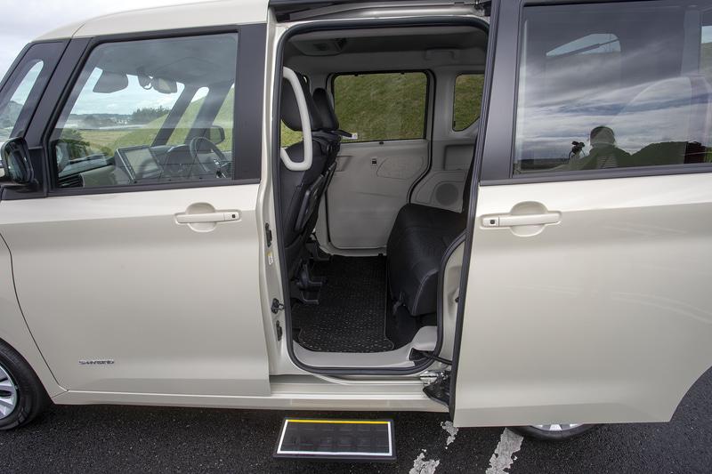 自分で歩くことができる人向けの送迎車。乗り込みの際に便利な装備を追加している