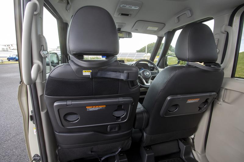 前席のヘッドレストステーに大きめの後席用グリップを追加。走行中、体を支えやすくしてある