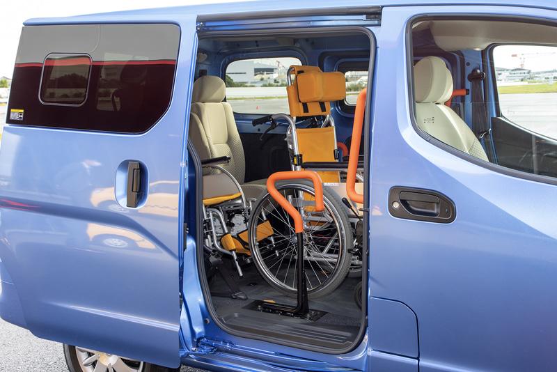 右側スライドドアを開けて車いすのサポートができる。車いす1台仕様であれば2列目シート付きも選べる