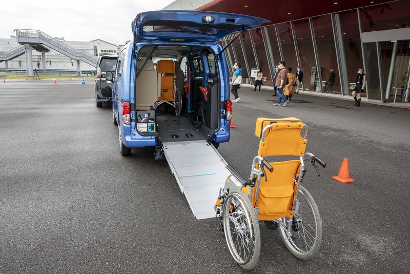 スロープは3段引き出し式。後方には車いすの待機分を含めて1車身ほどのスペースが必要だ