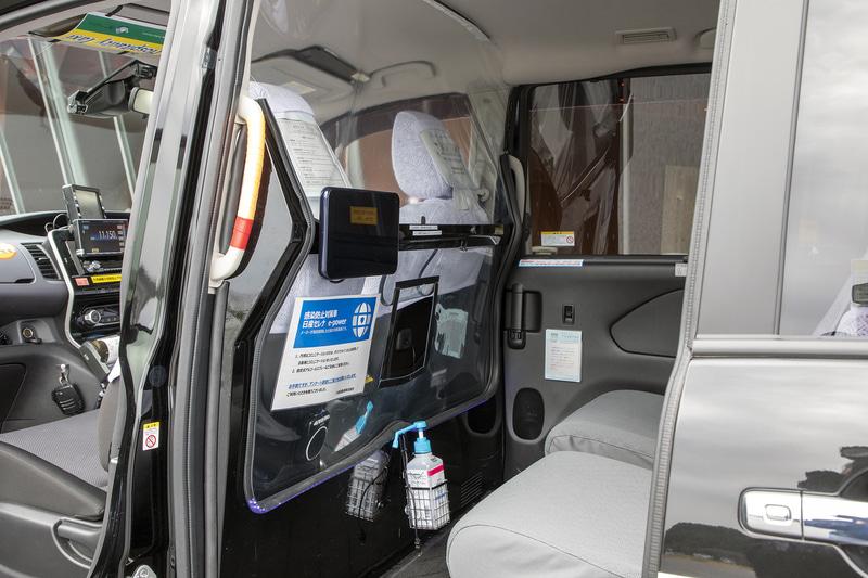 運転席と客席は仕切られている。空調に関しての特殊装備はない