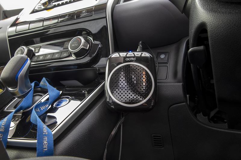 ドライバーと乗客の会話はマイクとスピーカーを通して行なう。ドライバーはヘッドセット式のマイク、客席用はタブレット横にマイクが付く。それぞれの声は会話用のスピーカーから出る
