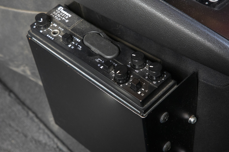 緊急自動車のようなサイレンは鳴らないが、SDプレーヤー付きPAアンプを搭載しているので音声などをスピーカーから流せる
