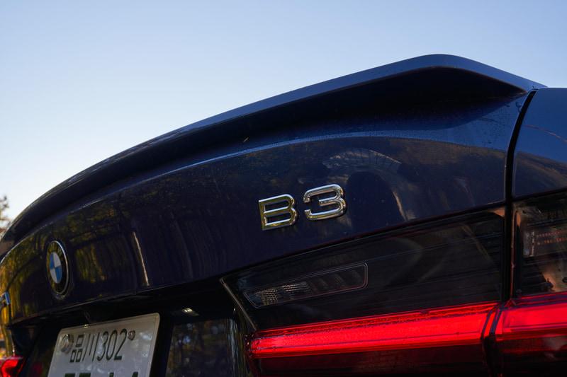 "B3 リムジンのボディサイズは4720×1825×1445mm(全長×全幅×全高)、ホイールベースは2850mm。""控えめなエレガンス""というアルピナの哲学に則り、快適な内装、レベルの高いドライビングパフォーマンス、スポーティでも控えめなエクステリアに仕上げている。サスペンションはアルピナの理想とするバランス調和の取れたセットアップにするために、アイバッハ製の専用スプリングと専用スタビライザーを装備"