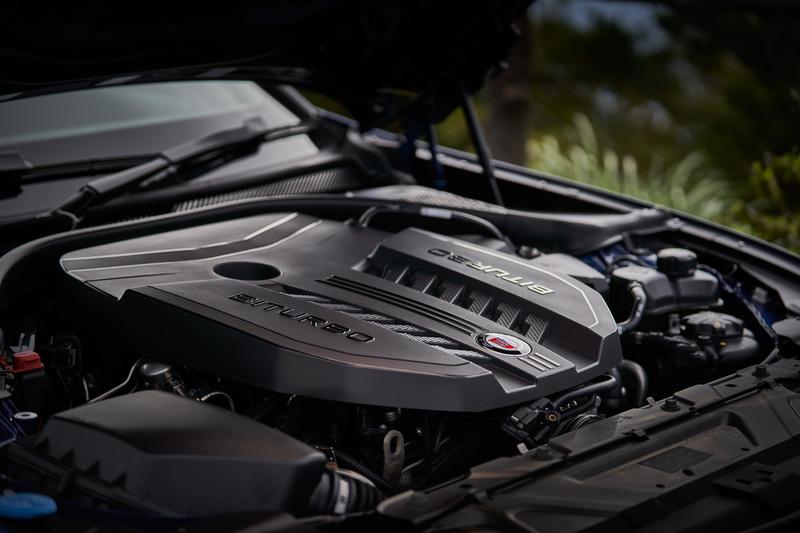 搭載する直列6気筒3.0リッター ビ・ターボエンジンは、最高出力340kW(462PS)/5500-7000rpm、最大トルク700Nm(71.4kgfm)/2500-4500rpmを発生。最高速は303km/h、0-100km/h加速は3.8秒とアナウンスされている。トランスミッションは8速スポーツ・オートマチック