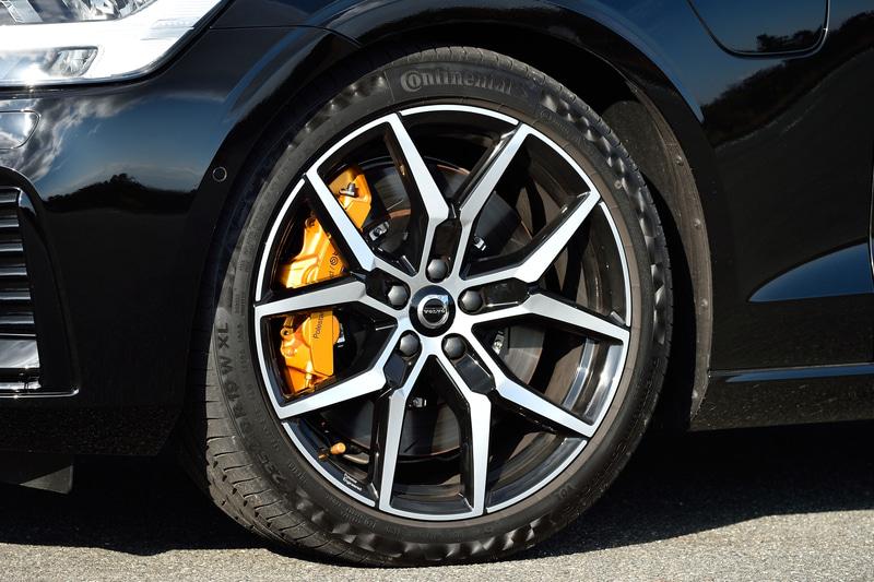 ポリッシュド/ブラックとなる専用デザインの19インチ 5Yスポーク 鍛造アルミホイールを装着。タイヤは235/40R19サイズのコンチネンタル「PremiumContact 6」。ゴールドのブレーキキャリパーが目を引くブレーキシステムも専用で、フロントはブレンボ製6ピストン・フロントブレーキキャリパーとスリット入りベンチレーテッドディスク(371mm)となる